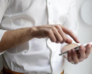 mains, téléphone, chatbot