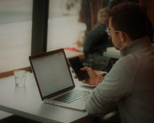 chatbot, outils de selfcare, homme, téléphone, ordinateur, assistant, client