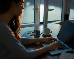 chatbot, communication interne, femme, ordinateur
