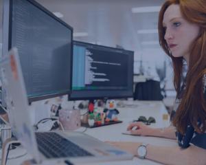 chatbot, helpdesk, IT, femme, ordinateurs