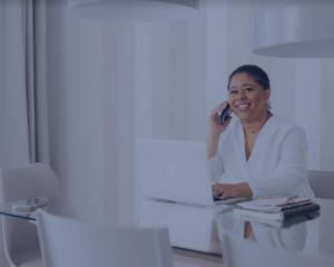 chatbot, juridique, femme, téléphone, ordinateur