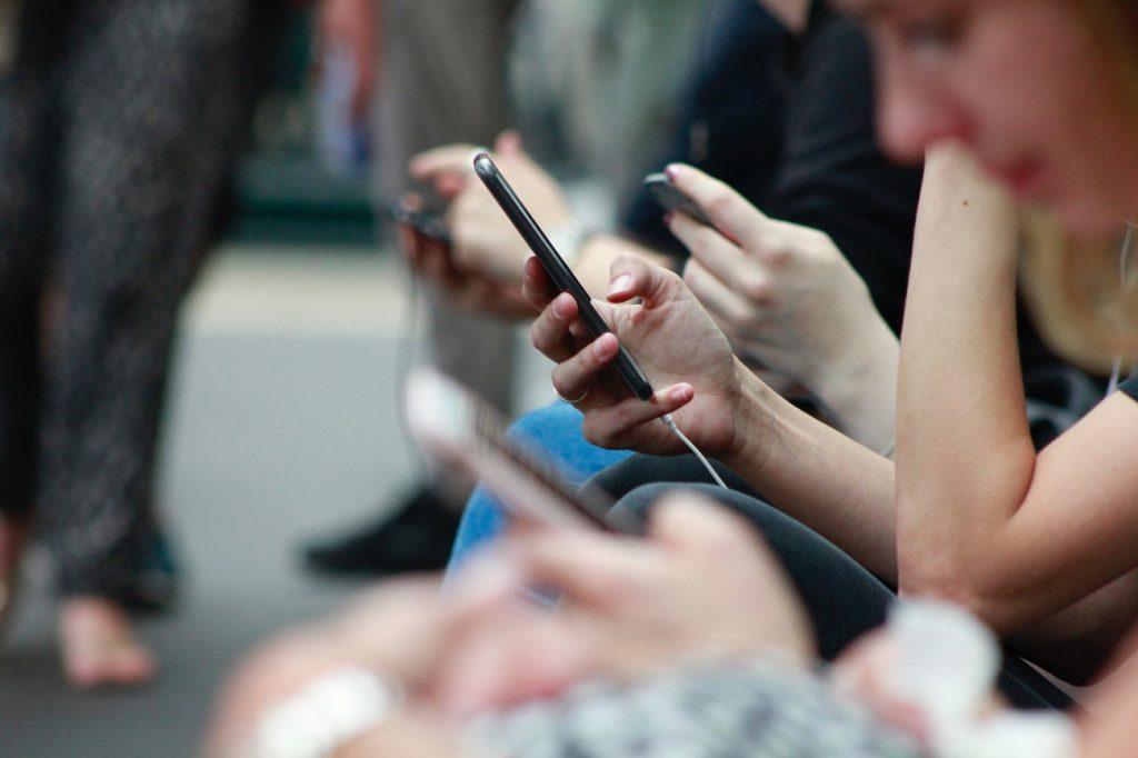 Consultation du téléphone transport public