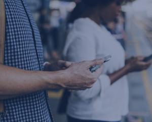 chatbot, tourisme, transport, femme, téléphone