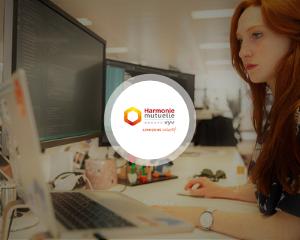 témoignage client, harmonie mutuelle, femme, ordinateurs